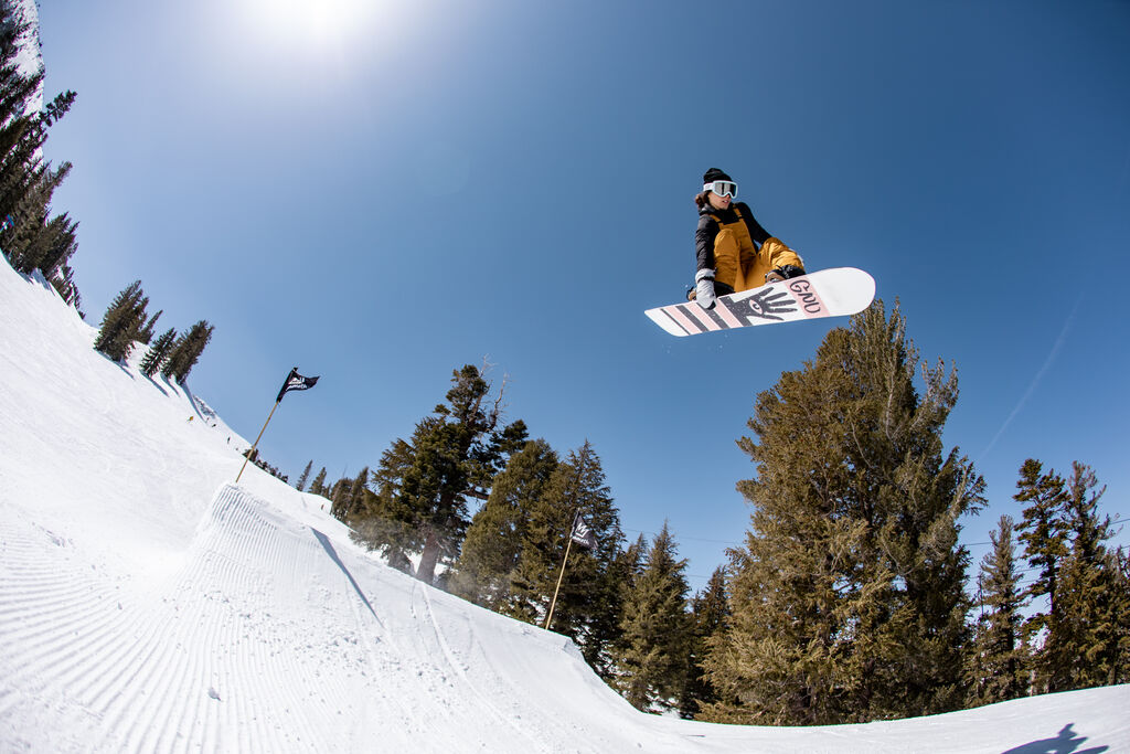 toe side grab with blue sky
